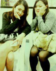 ナンパ座り二人女.jpg